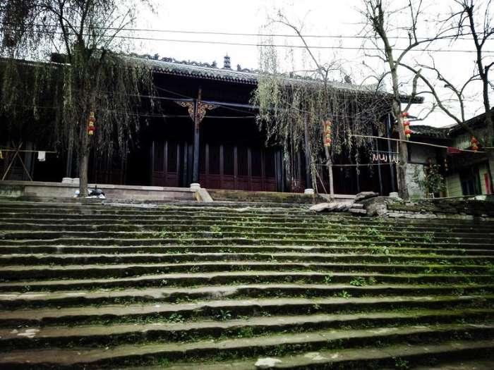 戏台为悬山式屋顶,抬梁式结构,面阔三间.