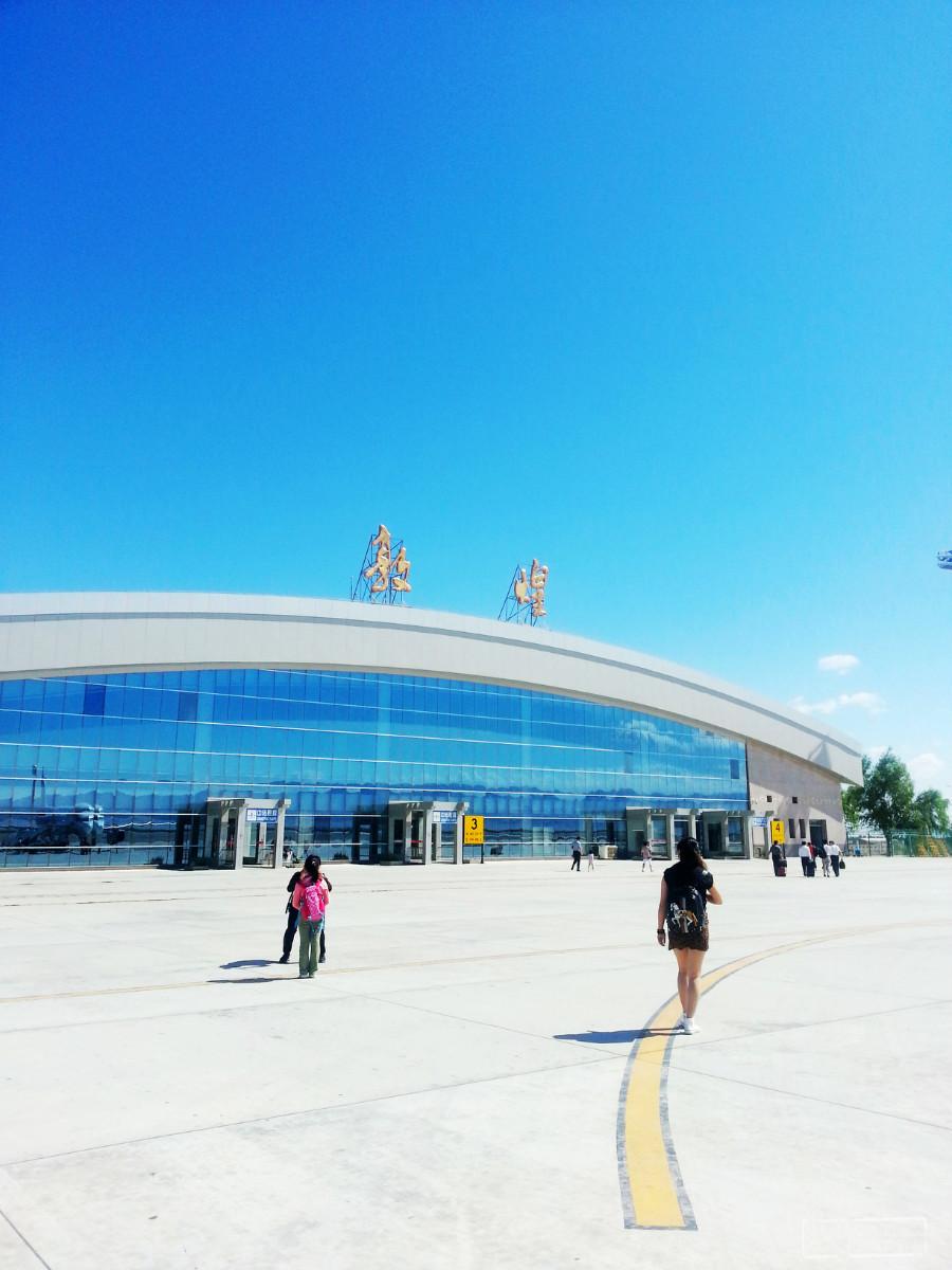 机场,一下飞机被这明媚忧伤【不对】的阳光晒晕了,天也蓝的不像话.