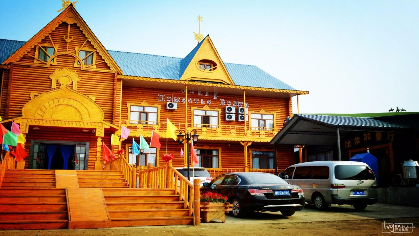 临江最豪华的俄式酒店,今晚我们就住这里,近处的小木屋,还有山上的图片