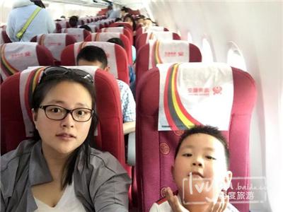 小朋友第一次坐飞机,心情像花儿一样绽放