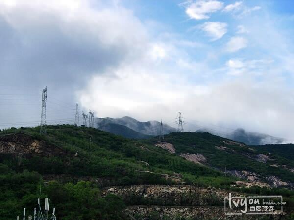 山上的输电电塔图片