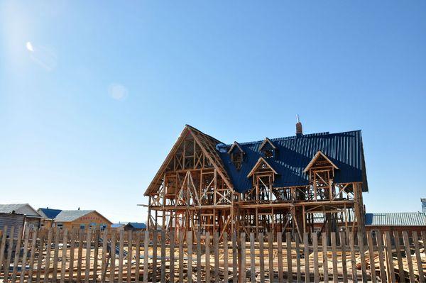 正在修建的木质结构的房子图片