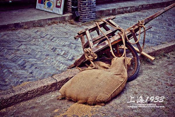 以前工人推的小独轮车,一般是用来搬运粮食的图片