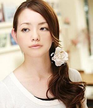 一侧的头发将脸蛋的比例修正,看上去更加修长,小巧.