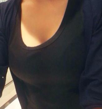 这个女生从胸发育看是多少岁的呢?有多少罩杯呢?胸围呢?算大么?