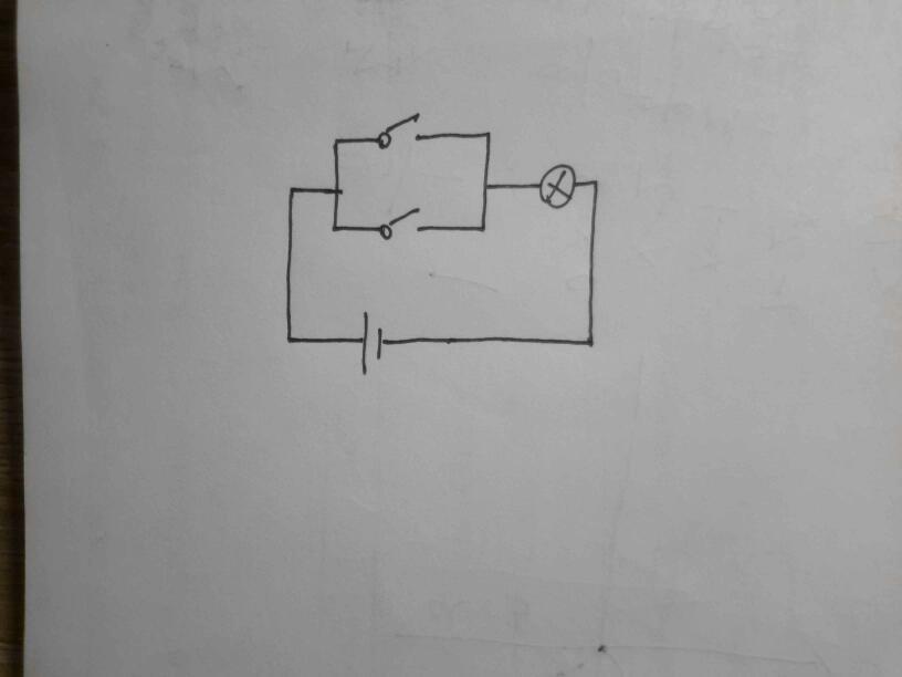求学霸画一个灯泡用两个开关任意控制的电路图