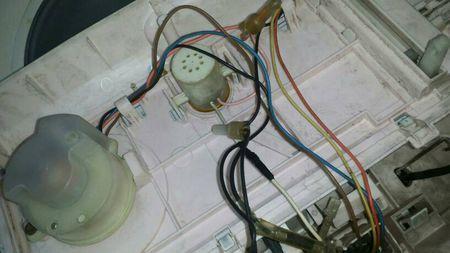 1,洗衣机甩干桶必须要手动带动才能转动,原因是洗衣机电机启动电容器