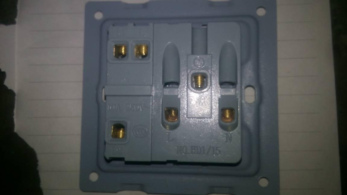 用两个一开五孔开关控制一灯的接线图,求详解,分别用l l1 l2说明,怎么