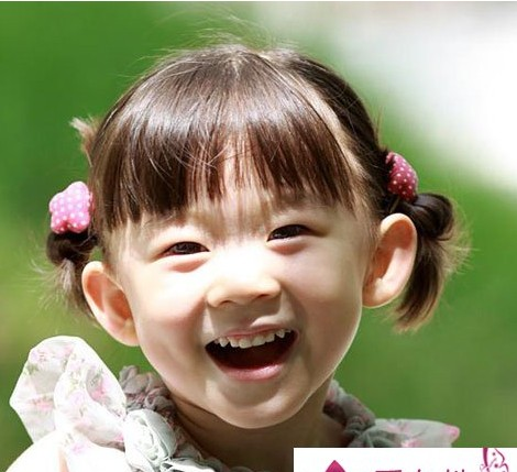 给宝宝穿上漂亮的衣服再配上漂亮的发型,使宝宝看起来更可爱更漂亮.