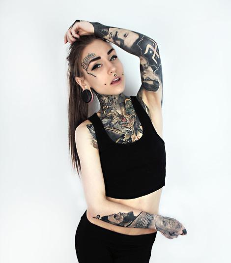 此女名字?左右花臂,右眉上有纹身,扩耳,有唇钉,脖子以下也有纹身.图片