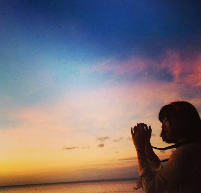 向大家求一张图,这张图片就是有一个女生是背影侧脸,夕阳,拿着手机