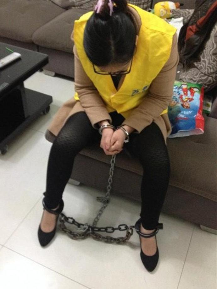 女犯人在监狱里什么随时戴手铐脚镣吗