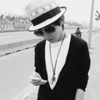 求男生带着帽子低头的头像,最好图片是黑白色的图片