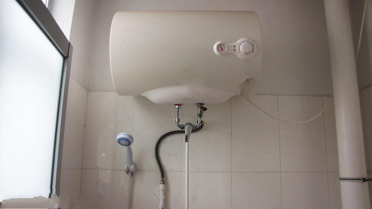 在有雷电天气时,最好不用使用燃气热水器,同时把插头从插座上拔下图片