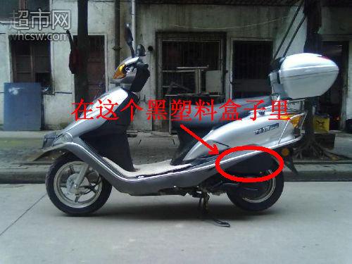 五羊本田踏板车的空气滤芯都安装在车身左侧,发动机传动箱的上面那个图片