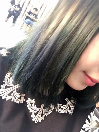 我还选了四缕头发,做的褪色,染的天蓝色,好难看,做成渐