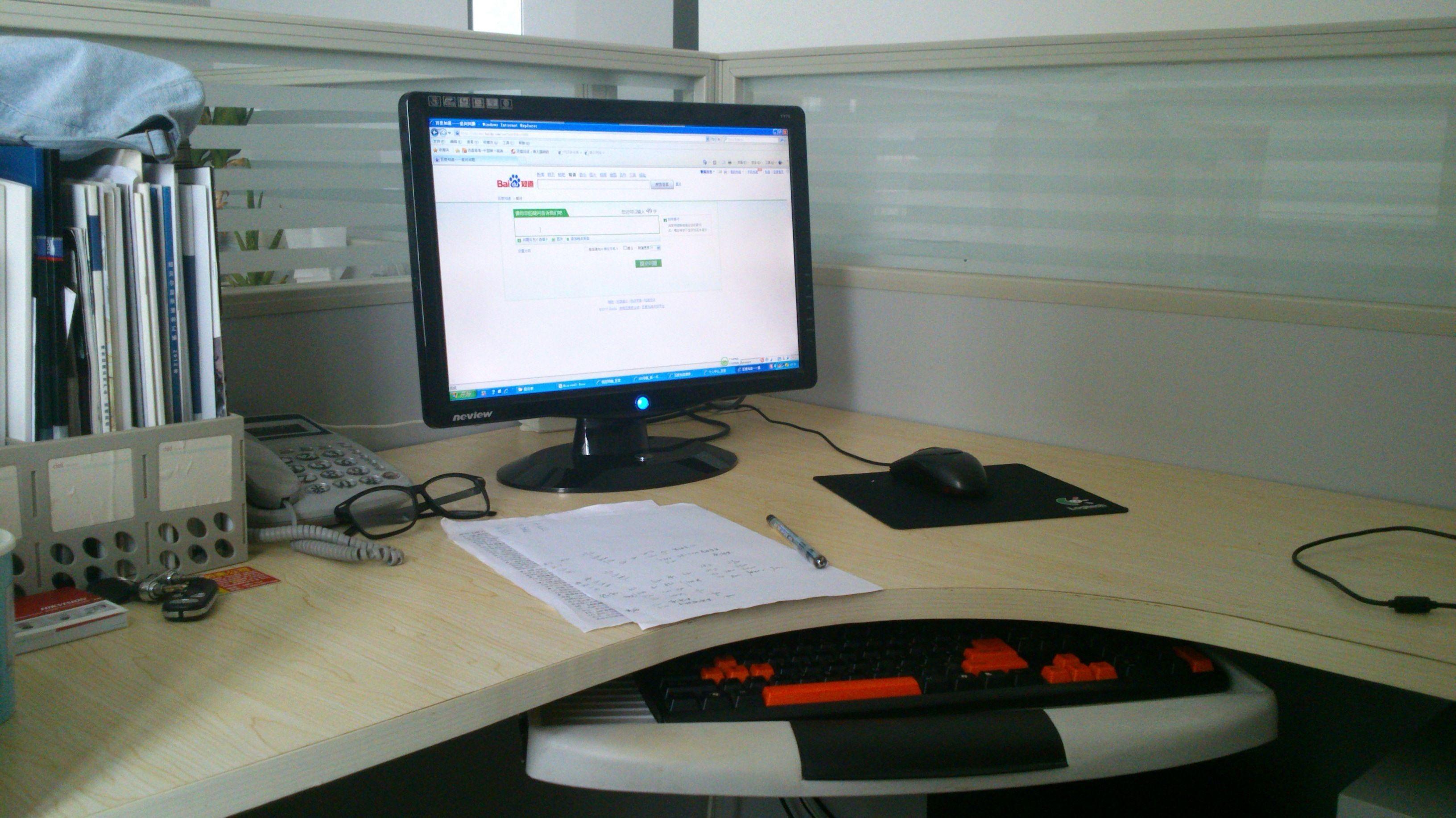 办公桌上想摆放两盆植物,一盆水培金钱草不知道办公桌图片