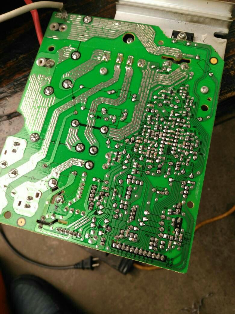 美的电磁炉sn216d型插入电源有显示秒钟熄灭按不了键怎么办?什么故障?