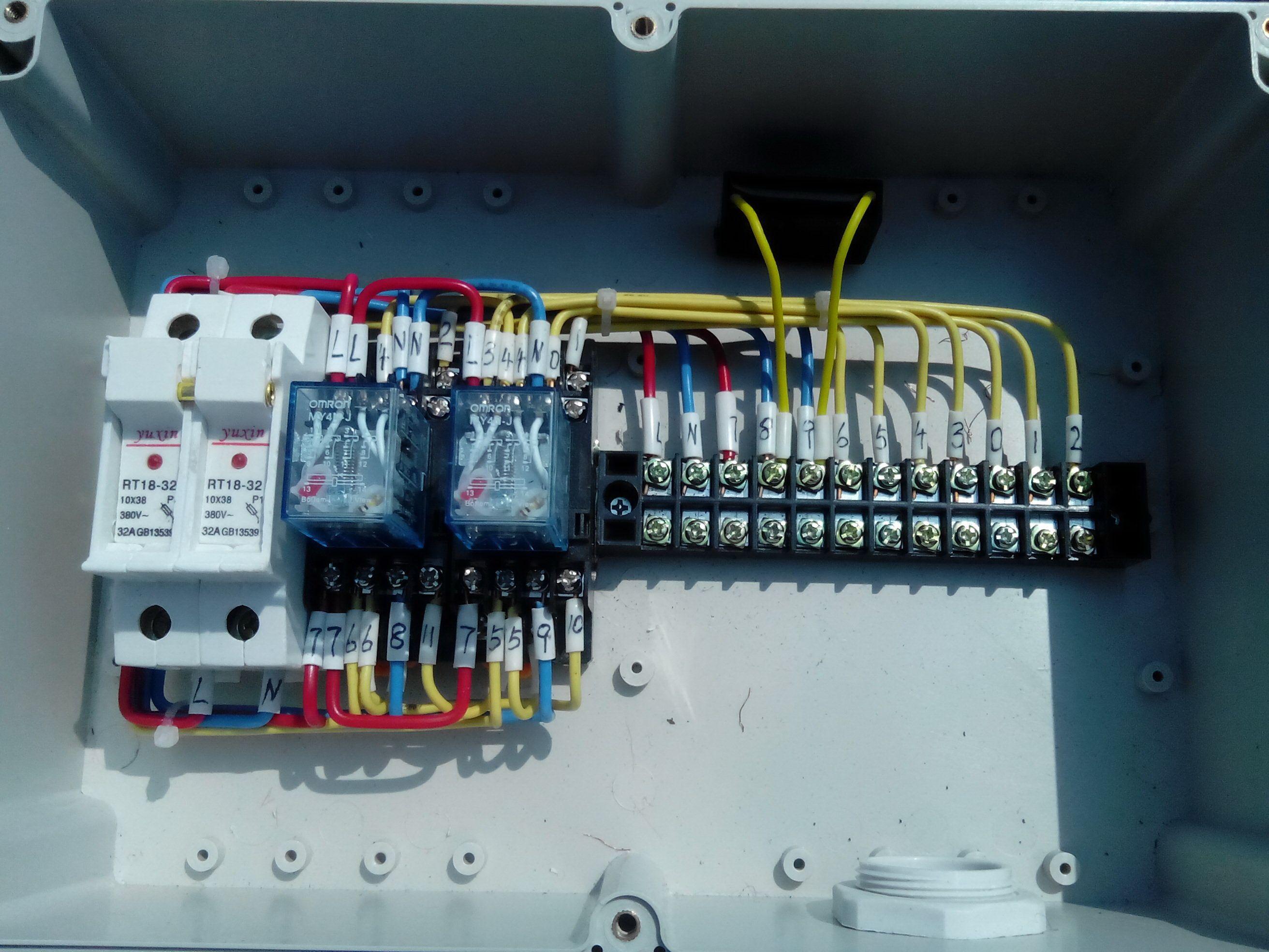 请问这个线盒有哪些零部件,怎么接电机正反转,还有两个行程开关,一个