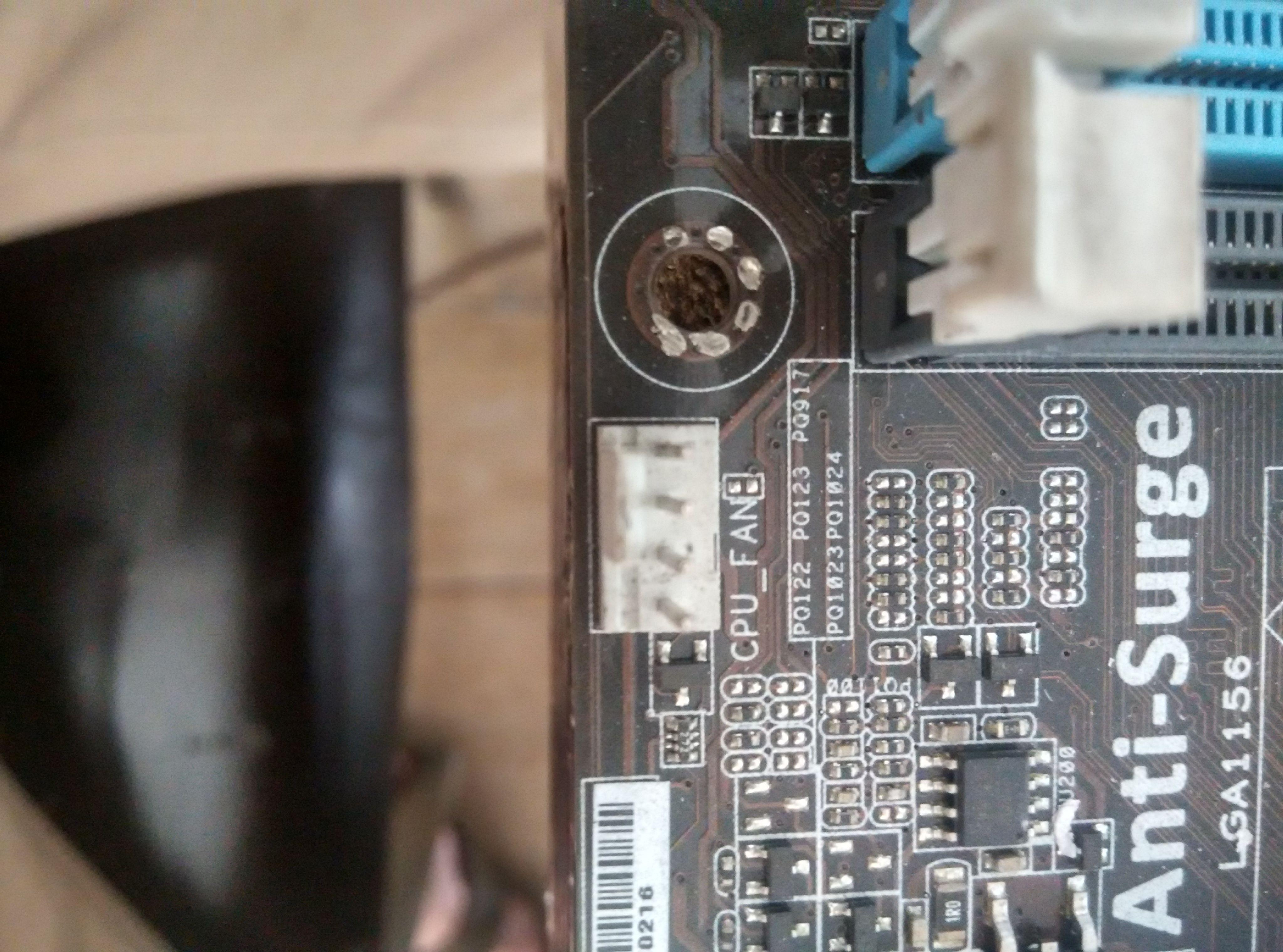 也是接在电脑主板上的,有对应的插座.