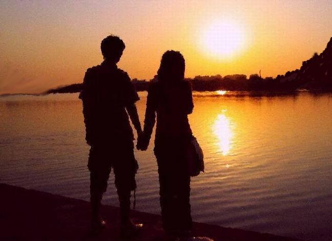求一幅有山有太阳和房子和两人牵手背影的图片最好是油画图片