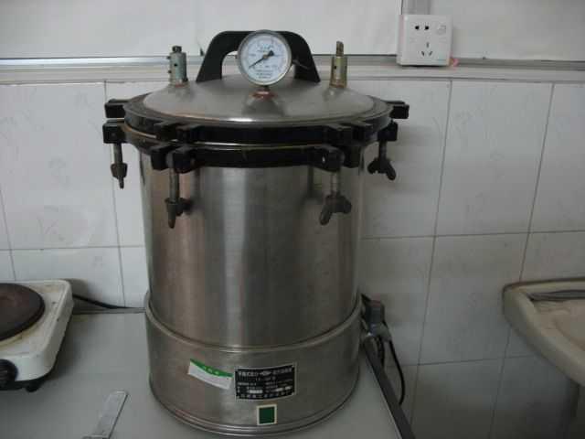 主要有一个可以密封的桶体,压力表,排气阀,安全阀,电热丝等组成.图片
