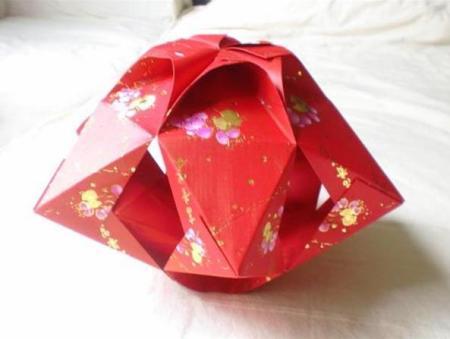 手工灯笼制作方法:准备红包封套12个. 2. 把红包封口折好.