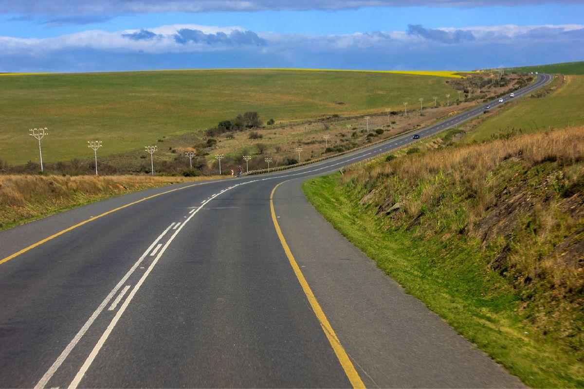 蜿蜒的高速公路,仿佛看不到尽头.图片