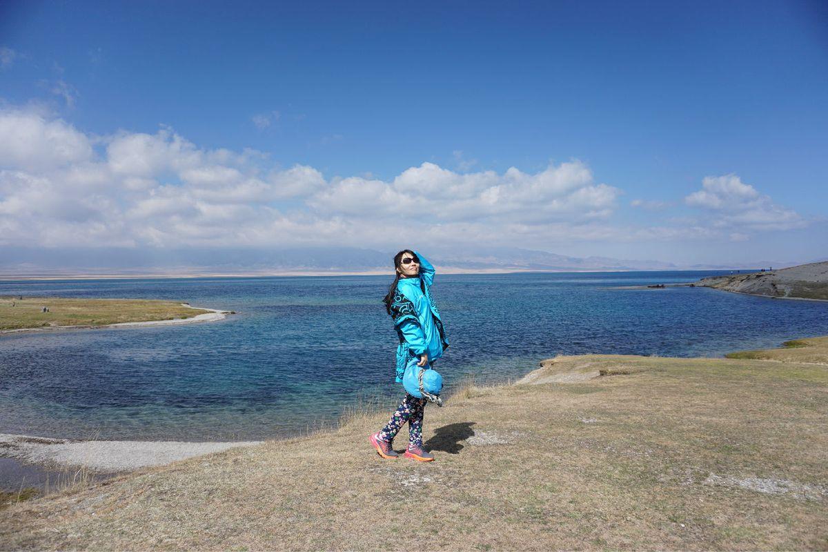 抬头是浅蓝色的天空,低头是深蓝色的湖水,天地之间怎一个美字了得图片