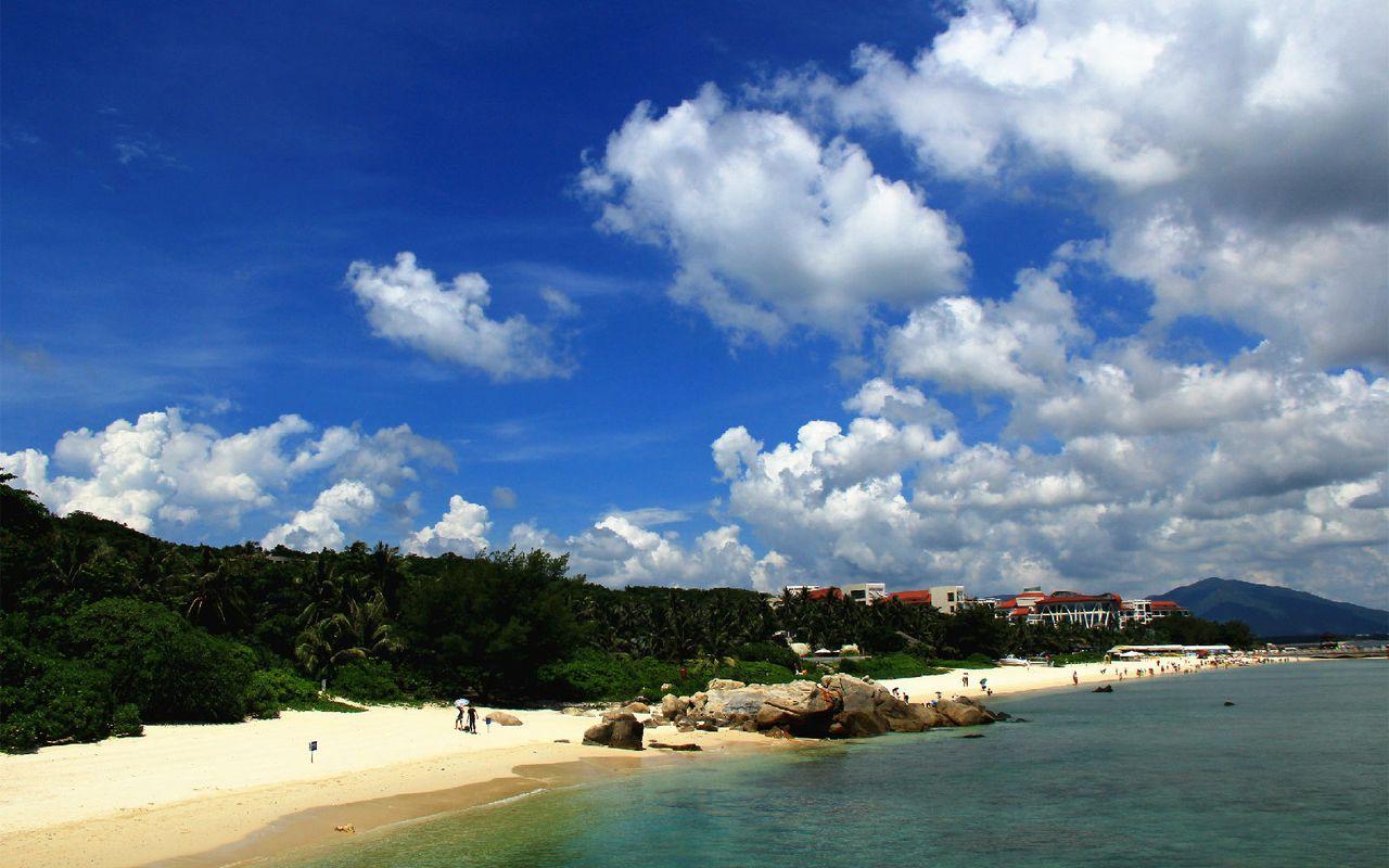 旖旎的海岛风光,蓝天白云,碧绿的海水,绿色的植物.图片