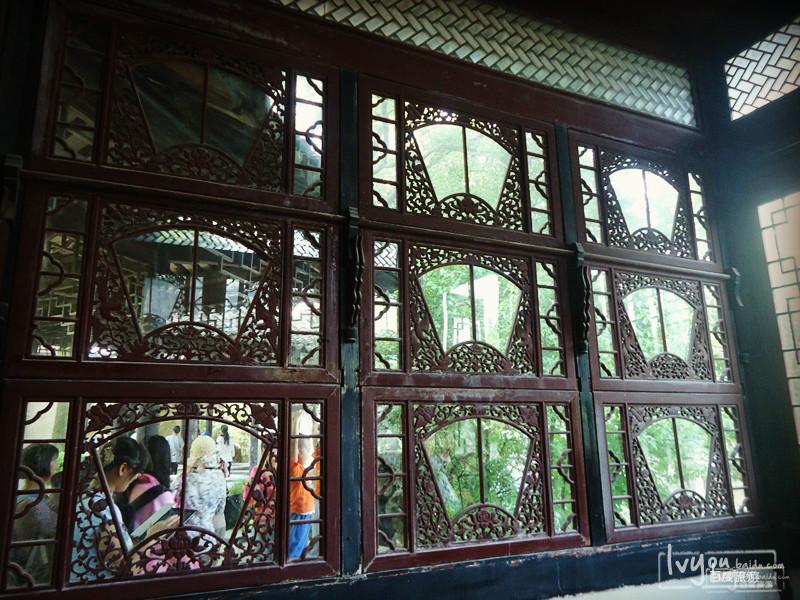窗户的扇形设计很漂亮,小姐应该很喜欢来这吧.