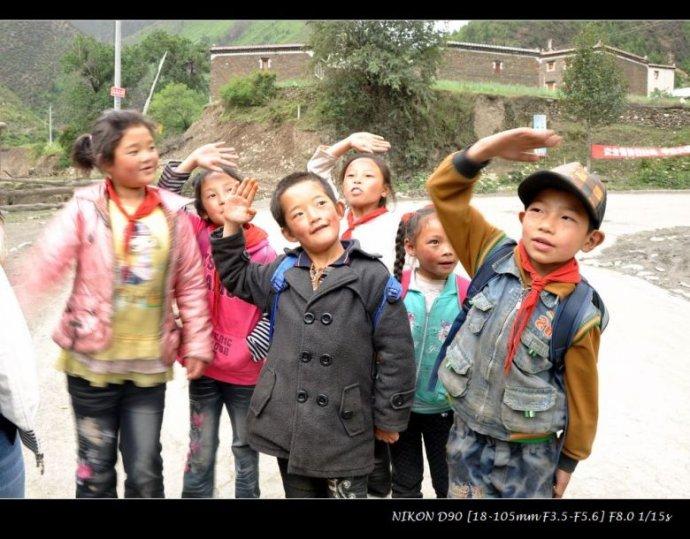 一群可爱的藏族小朋友在我们的要求下敬礼