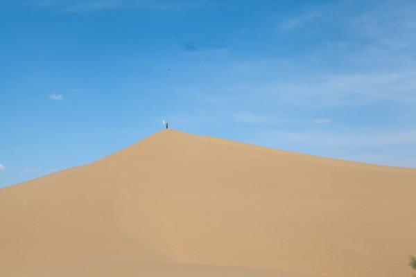 3万余公顷,主要保护对象为腾格里沙漠景观,自然沙尘植被及其野生动物.