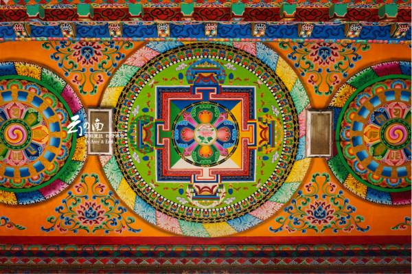 进门的天花板,花纹和用色都很浓重,典型的藏族风格,看起来就像是一块