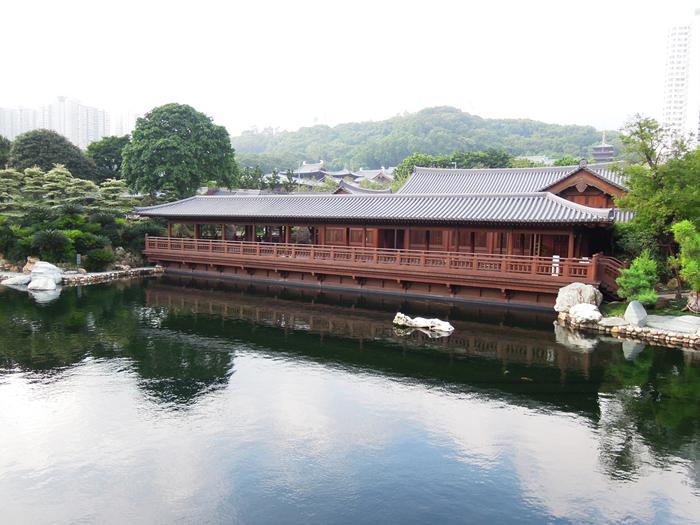 """""""松茶树""""建于苍塘水边,是四合院木结构唐式园林建筑图片"""