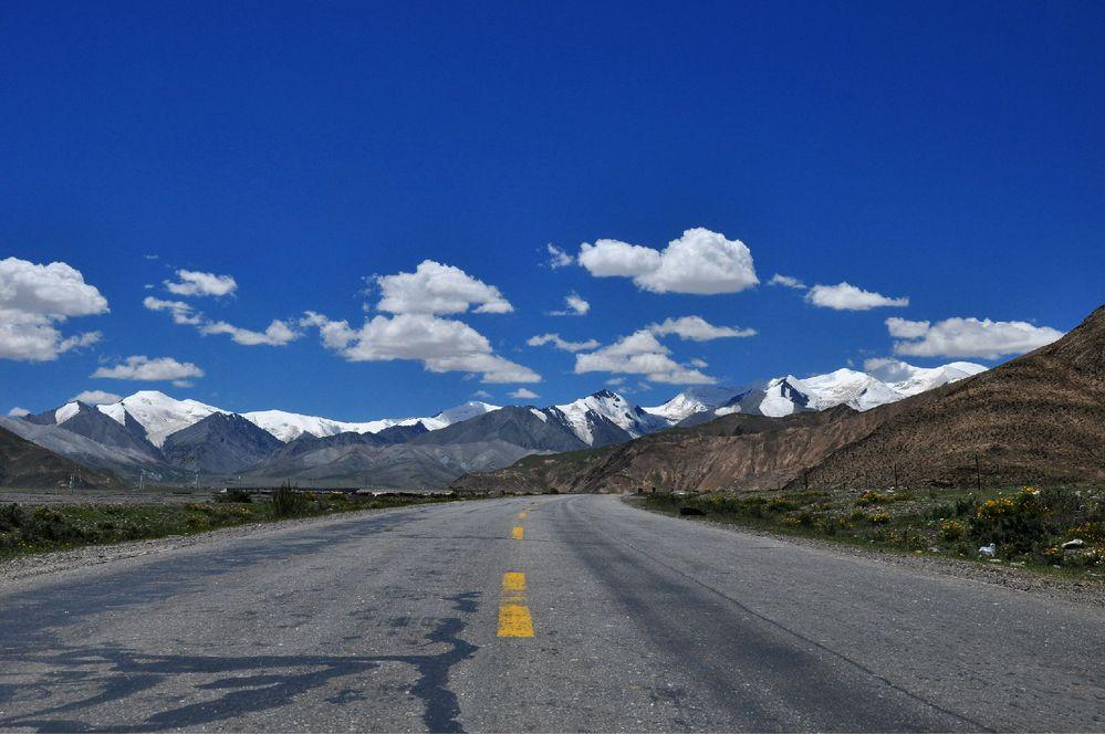 进入昆仑山,远处的雪山,白云蓝天,图片