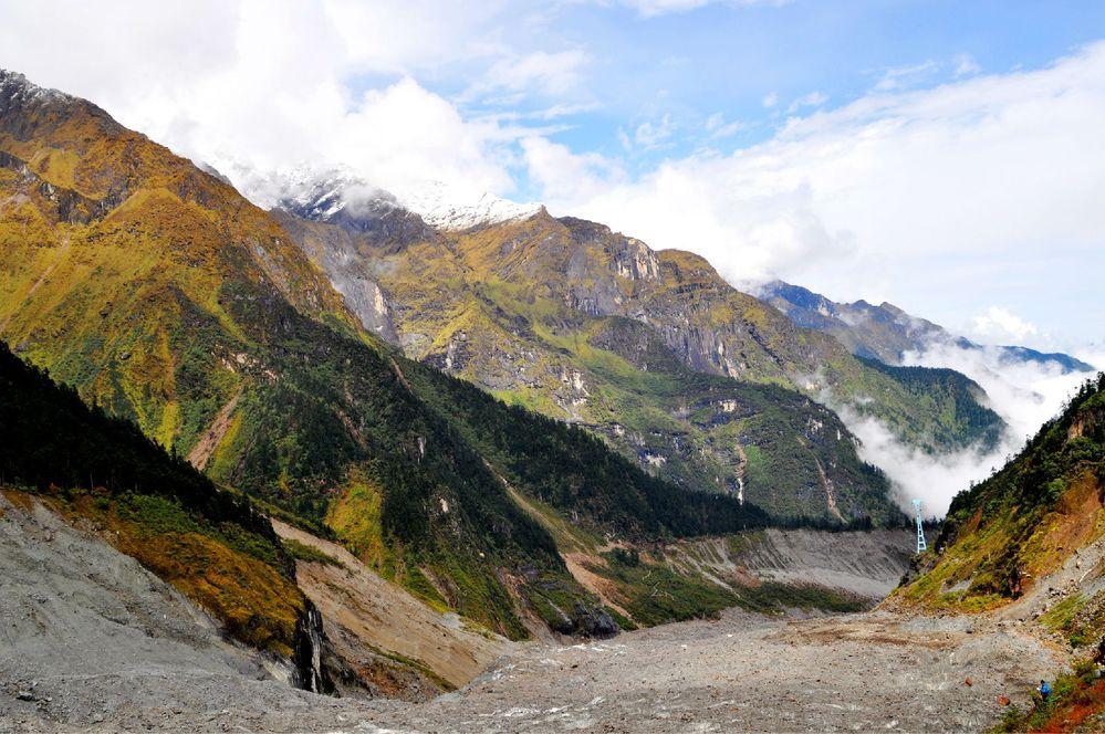 海螺沟冰川位于四川省甘孜藏族自治州东南部,贡嘎雪峰下的极高山地