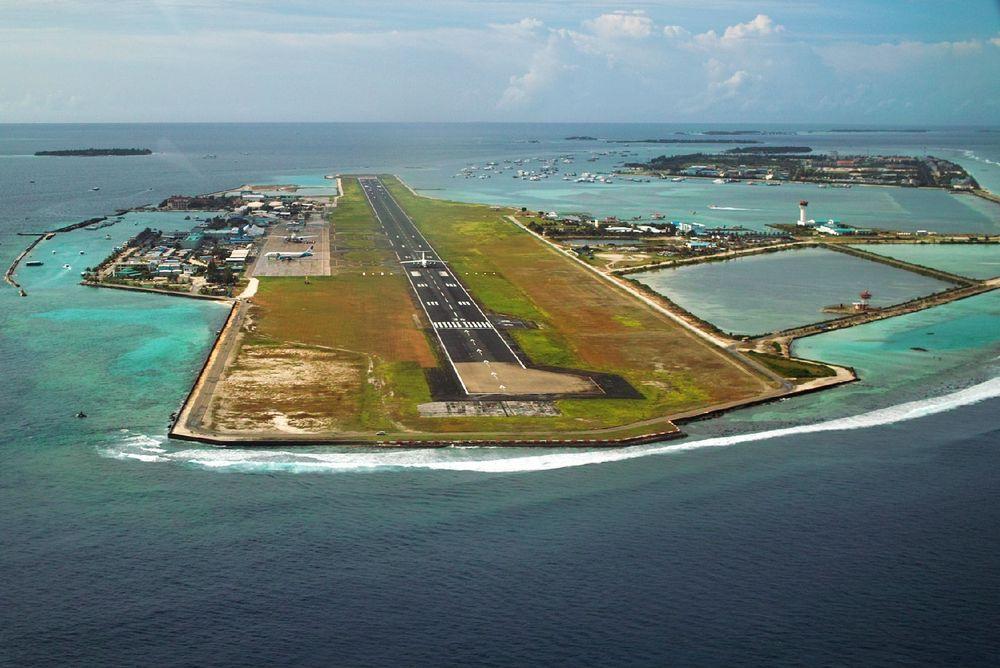 空中俯瞰hulhule岛机场仿佛是停在海中的航空母舰图片