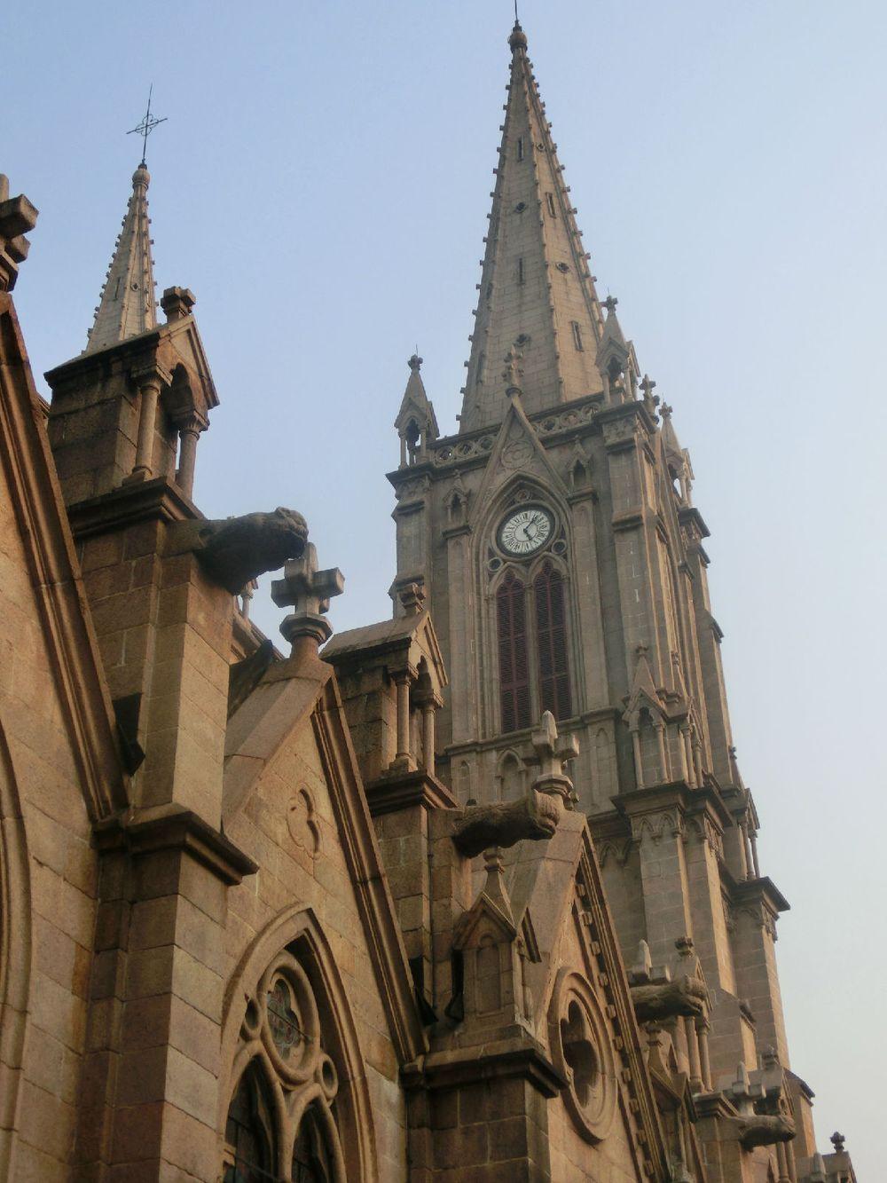 正立面的钟楼上耸立尖塔,是哥特式教堂建筑风格的特征,也是建筑造型图片
