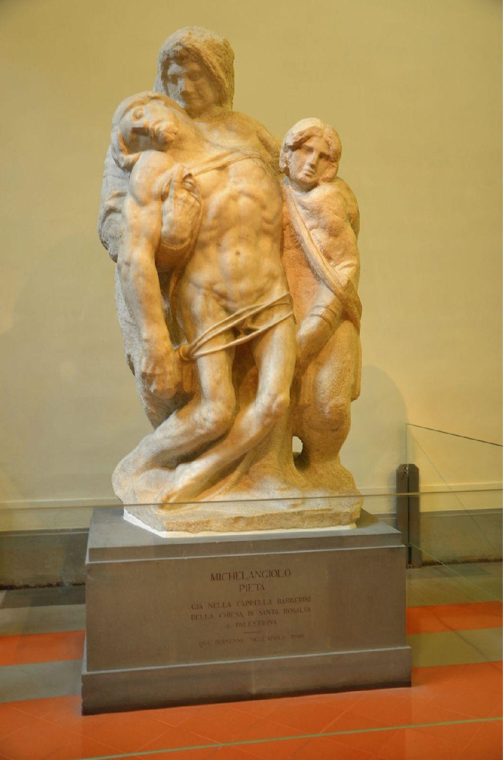 米开朗基罗的雕塑《圣殇像》,圣母扶着死亡耶稣垂软的身体,整个雕像衬
