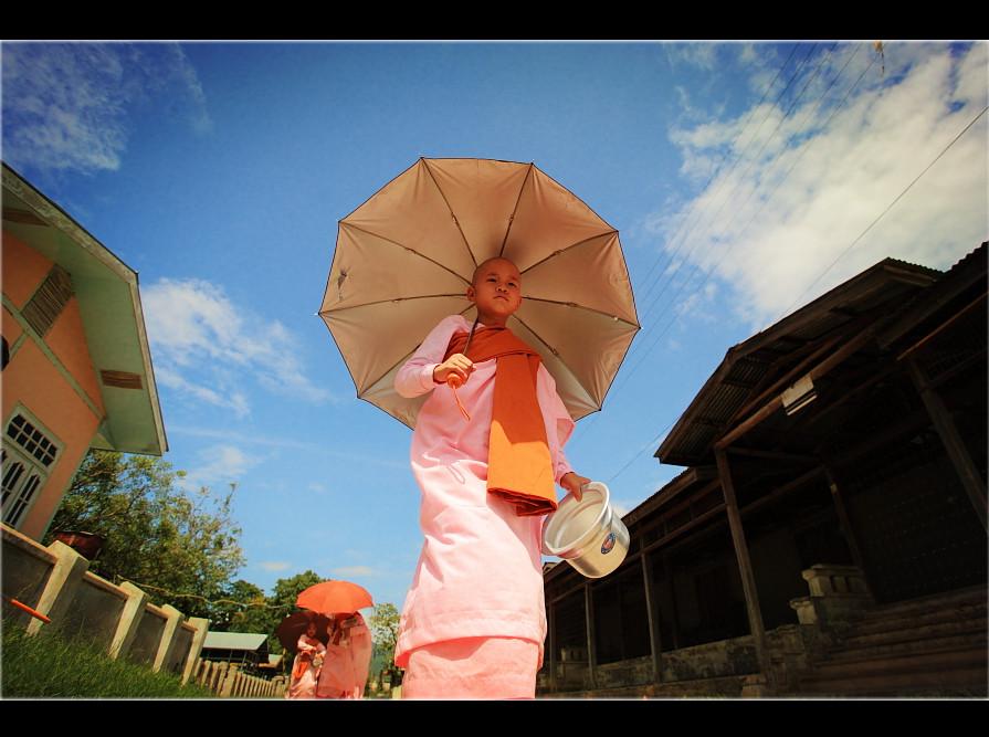蓝天白云下,你撑着伞走向光明.图片图片