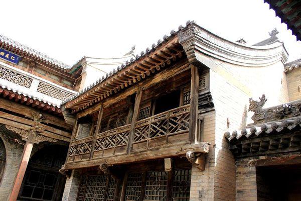构成了典型合理的梁柱式木结构建筑与砖石窑洞式建筑相结合的建筑形式图片