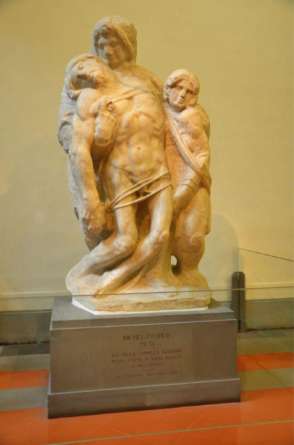 米开朗基罗的雕塑《圣殇像》,圣母扶着死亡耶稣垂软的身体,整个雕像