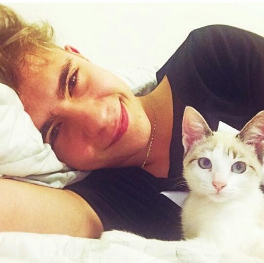 求一对情侣头像 外国人男生抱猫 女生抱狗
