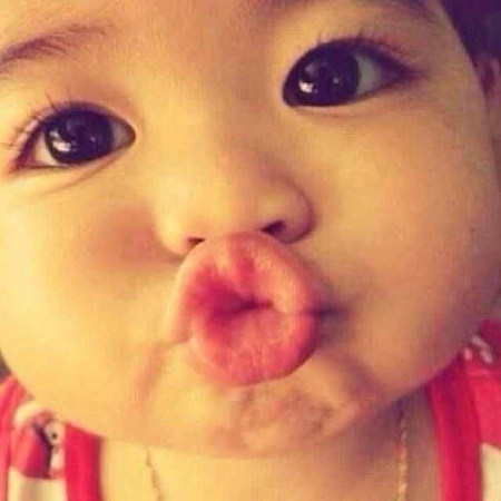 找一张一个小朋友嘟嘴的图片,嘴巴嘟的很大很可爱的