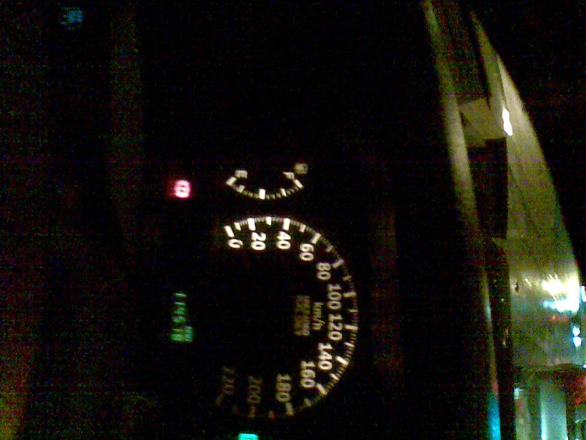 汽车上这个灯亮了是叹号?意思中间有一个红色!宝马3系在国外图片