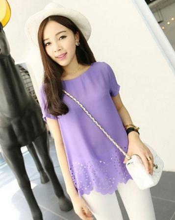酱紫色的上衣搭配白色裤子,时尚可爱.