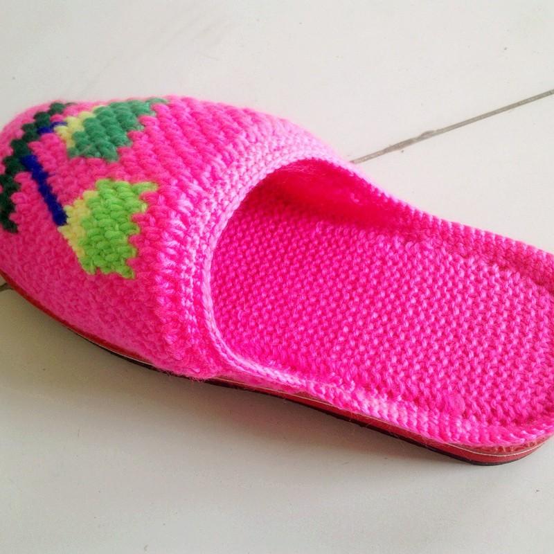 毛线编织拖鞋步骤之钩花     手工编织拖鞋最后一步就是钩花.