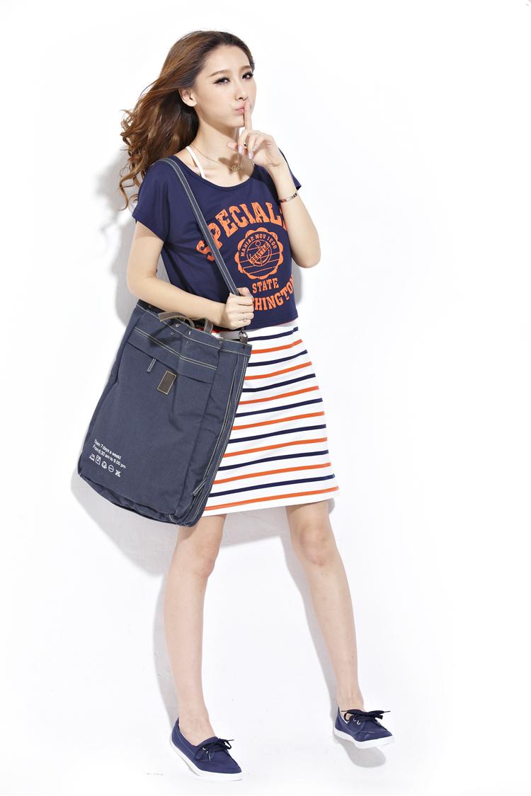 蓝色夏天这个衣服牌子模特背的包包是什么牌子的?