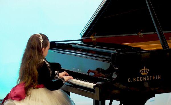 谁有女生弹钢琴的头像图片,文艺的,不要动漫